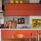 Laranja é a cor para 2014  Parede e marcenaria laranja alegram a cozinha, de arquitetura rústica e masculina. Projeto do arquiteto Gustavo Calazans.