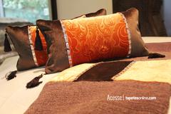 Novas almofadas disponíveis na Kyowa, feitas artesanalmente com o brilho delicado de lindas pedrarias.  Veja mais almofadas: http://www.tapetesonline.com/almofadas
