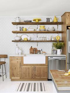 Prateleiras ao invés de armários - ótima dica para cozinhas pequenas