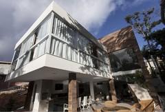 Vidro integra casa à Mata Atlântica