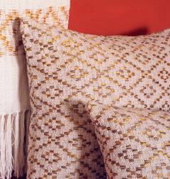 Detalhe da almofada e manta feitas em tear manual