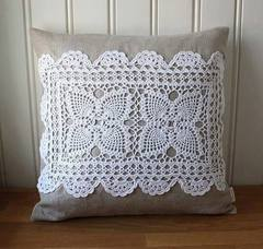 sabe a toalhinha feita pela mamãe ou vovó , que a gente não usa mais, que tal colocar nas almofadas, fica lindo !!!!!!!!!!!!!