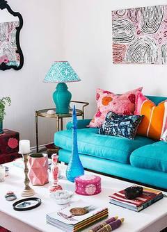 Sala colorida e a cor azul destacada.