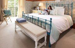 Cama de ferro azul, almofadas de crochet, um quarto muito aconchegante!