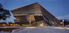 O mágico e surpreendente Eli & Edythe Broad Art Museum, da Zaha Hadid.  Ele se conecta com entorno através de suas dobras, que parecem se movimentar conforme o percorrem.