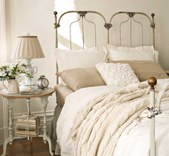 Tons pastel e uma bela roupa de cama deixam este quarto super aconchegante!
