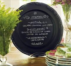 Que charme! Basta pintar um prato com tinta preta e escrever o menu .