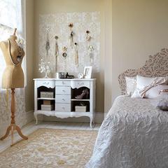 O porta acessórios na parede é prático para o dia a dia e deu uma decoração linda ao quarto.